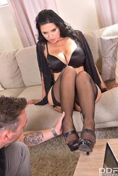 Kira Queen in 'Sexy Feet Desires'